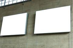 2 пустых знака космоса объявления на каменной стене Стоковое фото RF