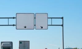 2 пустых знака шоссе надземного Тележки на дороге с тележками здесь сообщение ваше Copyspace на 2 roadsigns Стоковые Фото