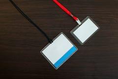 2 пустых значка на деревянной предпосылке Стоковые Фото