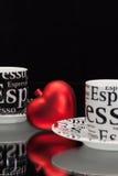 2 пустых кофейной чашки и красного сердце Стоковое Фото