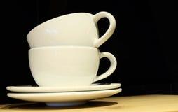 2 пустых кофейной чашки на таблице Стоковое Изображение RF
