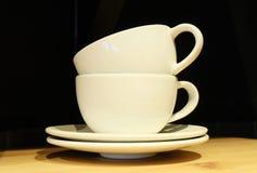 2 пустых кофейной чашки на таблице Стоковые Изображения RF