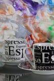 2 пустых кофейной чашки перед покрашенной бумагой Стоковое фото RF