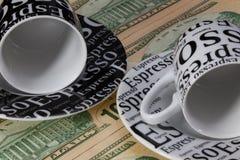 2 пустых кофейные чашки и банкноты доллара США Стоковое Фото