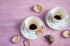 2 пустых кофейные чашки и лепестка розы Стоковое Фото