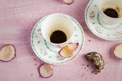 2 пустых кофейные чашки и лепестка розы Стоковая Фотография