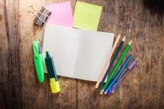 2 пустых красочных липких примечания, тетрадь, карандаш, highlighter Стоковое Изображение RF