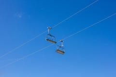 2 пустых места подъема стула против голубого неба Стоковые Изображения RF