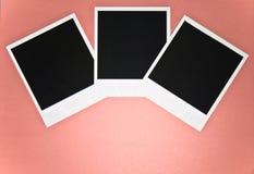 3 пустых немедленных рамки фото на розовой красной предпосылке с экземпляром размечают взгляд сверху Стоковые Изображения