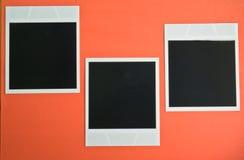 3 пустых немедленных рамки фото на розовой красной предпосылке с экземпляром размечают взгляд сверху Стоковое Изображение RF
