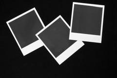 3 пустых немедленных рамки фото на черной предпосылке с экземпляром размечают взгляд сверху Стоковое Фото