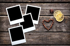 4 пустых немедленных рамки фото с кофейными зернами Стоковое Изображение RF