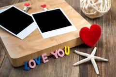 2 пустых немедленных фото с красными сердцами На деревянной предпосылке Стоковые Фотографии RF