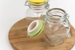 2 пустых опарника стекла на деревянной доске Стоковое фото RF