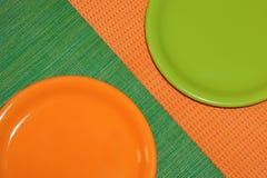 2 пустых плиты, зеленый цвет и апельсина Стоковое фото RF