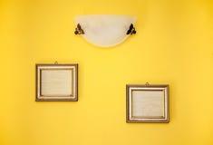2 пустых рамки на желтой стене Стоковое фото RF