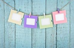 4 пустых рамки фото вися с зажимками для белья Стоковые Фото
