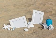 2 пустых рамки фото на песке приставают к берегу с украшением Стоковые Фото