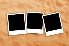 3 пустых рамки фото на песке пляжа Стоковая Фотография RF