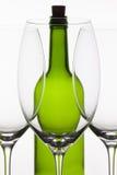 3 пустых стекла вина и зеленой бутылки Стоковые Фотографии RF