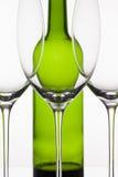 3 пустых стекла вина и зеленой бутылки Стоковое Изображение