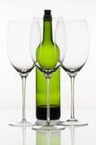3 пустых стекла вина и зеленой бутылки Стоковое фото RF