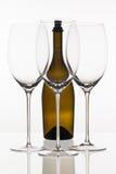 3 пустых стекла вина и коричневой бутылки Стоковая Фотография RF