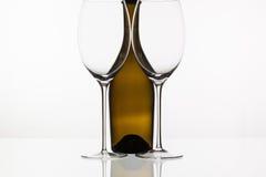 2 пустых стекла вина и коричневой бутылки Стоковые Изображения RF