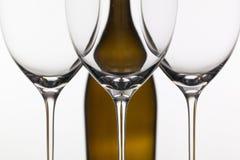 3 пустых стекла вина и коричневой бутылки Стоковые Изображения RF