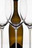 3 пустых стекла вина и коричневой бутылки Стоковые Изображения