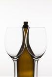 2 пустых стекла вина и коричневой бутылки Стоковое Фото