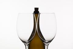 2 пустых стекла вина и коричневой бутылки Стоковое фото RF