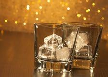 2 пустых стекла вискиа на деревянной таблице Стоковое Изображение