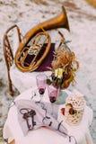2 пустых стекла жениха и невеста на украшенной таблице в wedding области венчание тесемки приглашения цветка элегантности детали  Стоковая Фотография