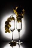 2 пустых стекла и виноградины Стоковые Изображения