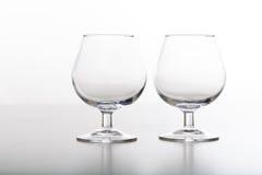 2 пустых стекла коньяка на белой предпосылке Стоковое фото RF