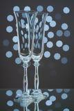 2 пустых стекла шампанского на голубой предпосылке Стоковые Фото