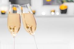 2 пустых стекла шампанского с белой предпосылкой Стоковые Фото