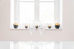 2 пустых стекла шампанского с белой предпосылкой Стоковое фото RF