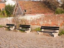 3 пустых стенда снаружи на пляже около стены Стоковые Фотографии RF