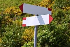 2 пустых столба знака в Альпах Стоковая Фотография