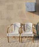2 пустых стуль на мостоваой на горячий день Стоковое Изображение RF