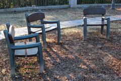3 пустых стуль в парке осени Стоковое Фото