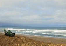 2 пустых стуль обозревая пляж Стоковые Фотографии RF