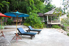 2 пустых стуль под зонтиком на реке Стоковые Фото