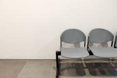 2 пустых стуль предпосылкой бетонной стены с космосом экземпляра Стоковые Изображения RF
