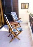 2 пустых стуль с таблицей на балконе Стоковое Фото