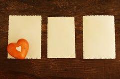 3 пустых фотоснимки и сердца на старой деревянной предпосылке Стоковое Изображение RF