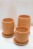 3 пустых чашки глины, селективный фокус на передняя одной Стоковое Изображение RF