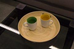 2 пустых чашки на черном стеклянном столе Стоковая Фотография